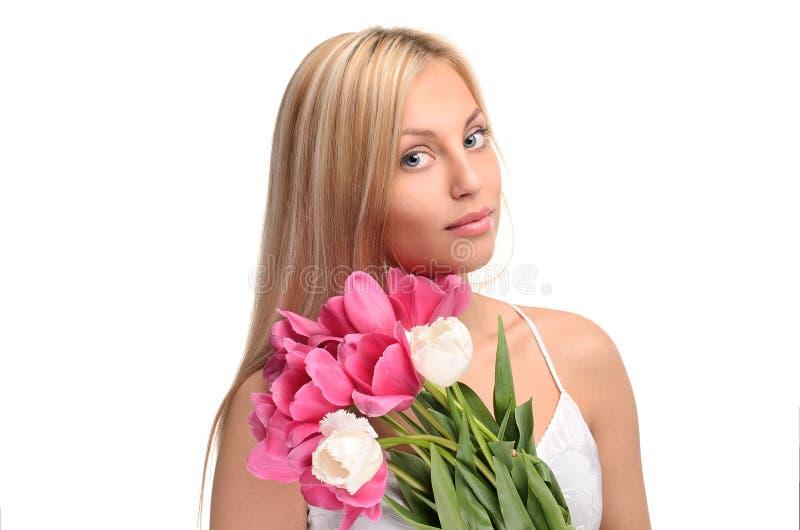 Meisje met boeket van bloemen royalty-vrije stock afbeeldingen