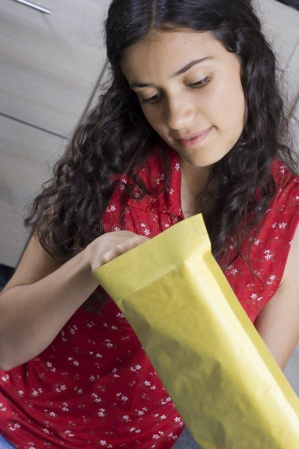 Meisje met brief stock afbeeldingen