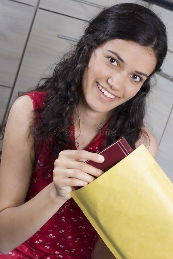 Meisje met brief stock afbeelding