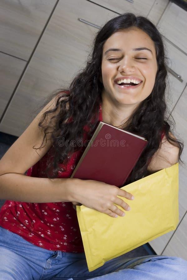 Meisje met brief stock foto
