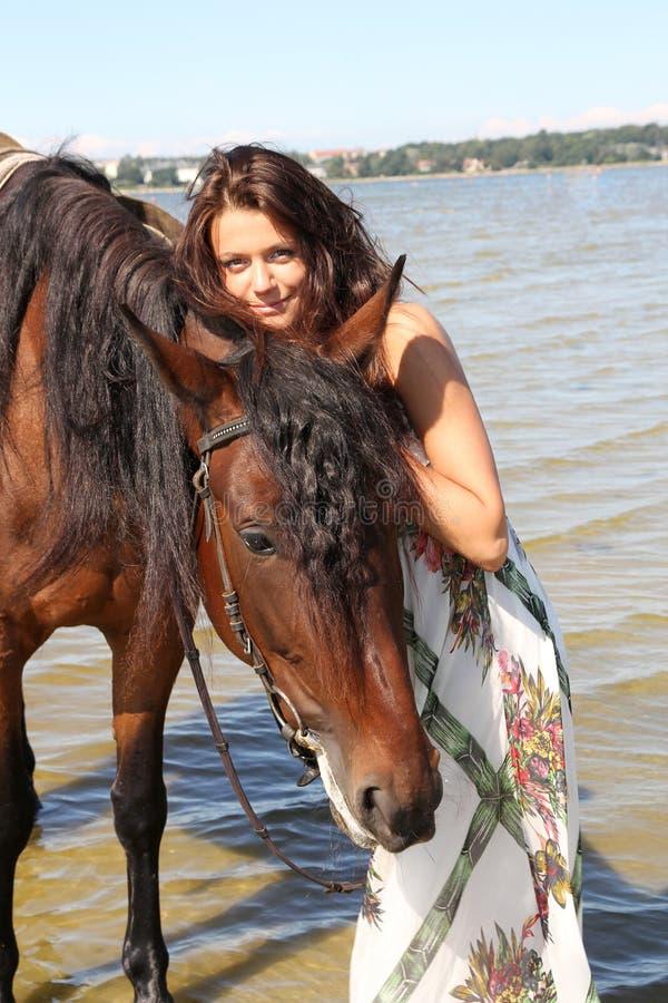 Meisje met bruin paard stock afbeeldingen