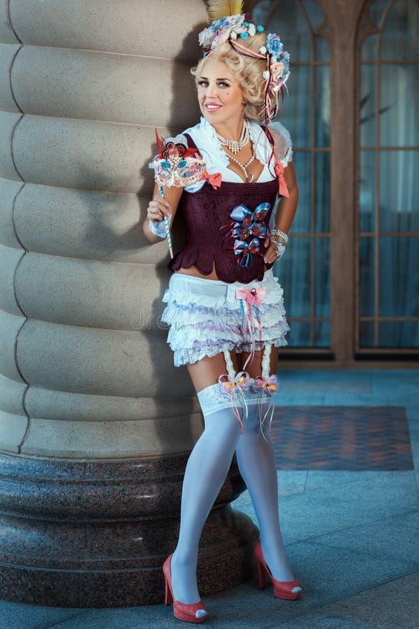 Meisje met Carnaval-maskerhand en een oude uitstekende kleding royalty-vrije stock fotografie