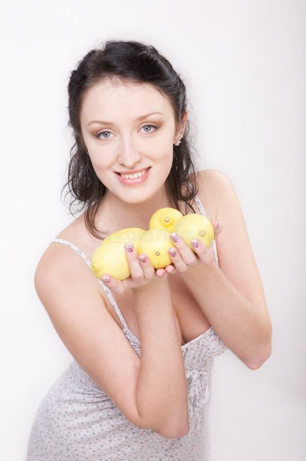 Meisje met citroen royalty-vrije stock foto's