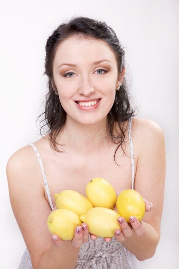 Meisje met citroen stock afbeelding