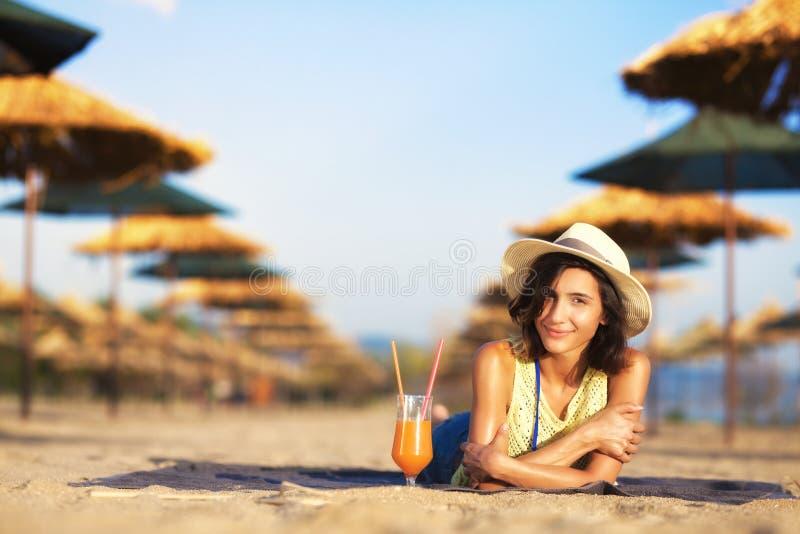 Meisje met cocktail op een strand stock fotografie