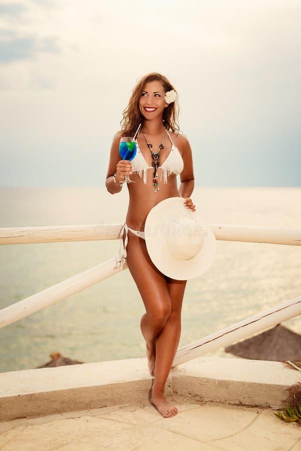 Meisje met cocktail op het strand royalty-vrije stock afbeelding