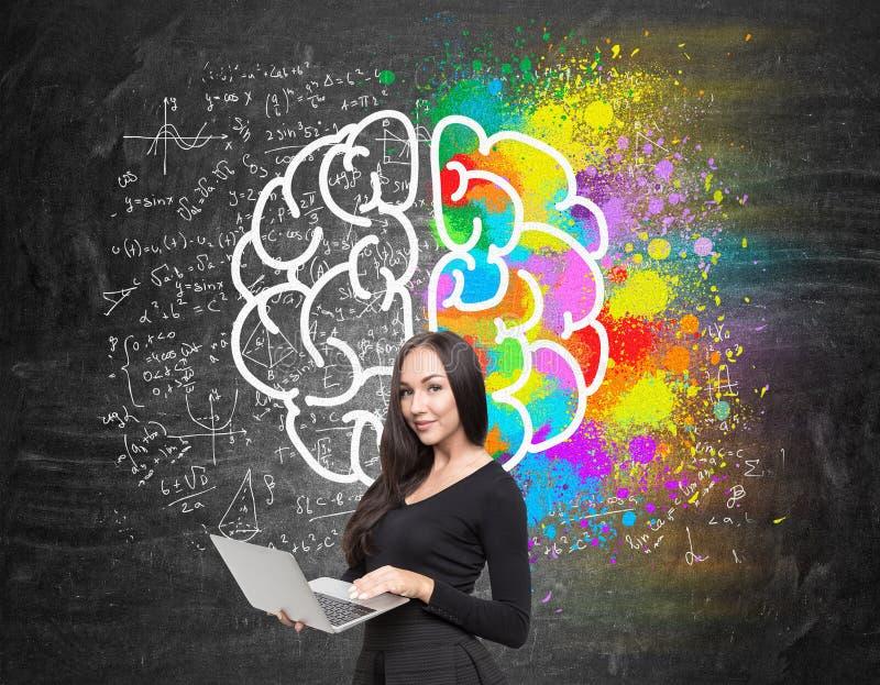 Meisje met computer en hersenenschets royalty-vrije stock foto