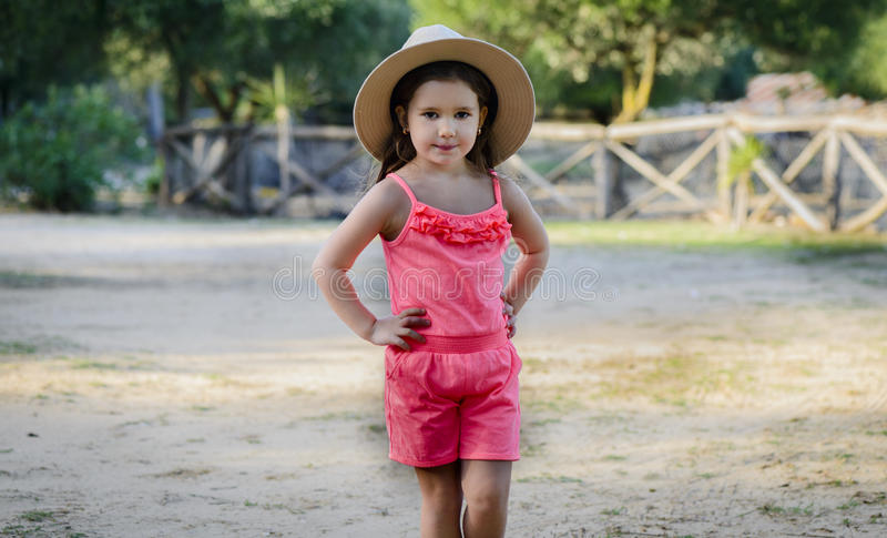 Meisje met cowboyhoed op boerderij royalty-vrije stock afbeeldingen