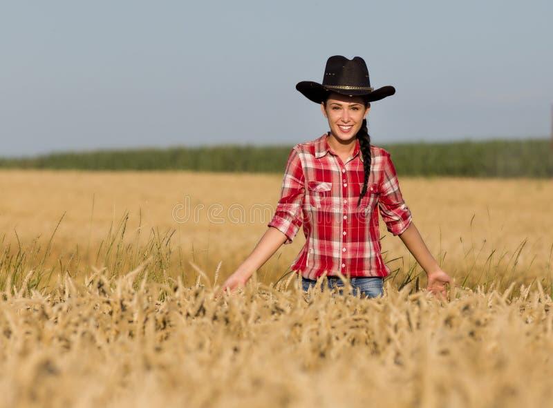 Meisje met cowboyhoed op tarwegebied royalty-vrije stock fotografie
