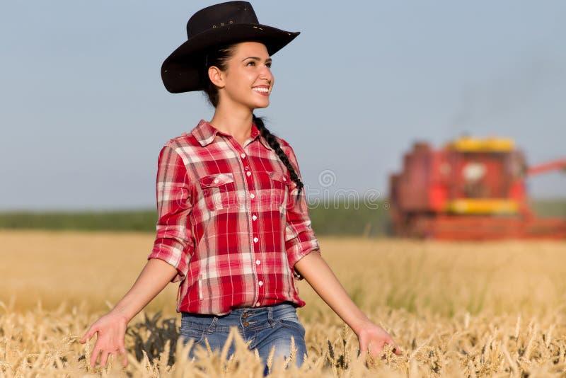 Meisje met cowboyhoed op tarwegebied stock fotografie