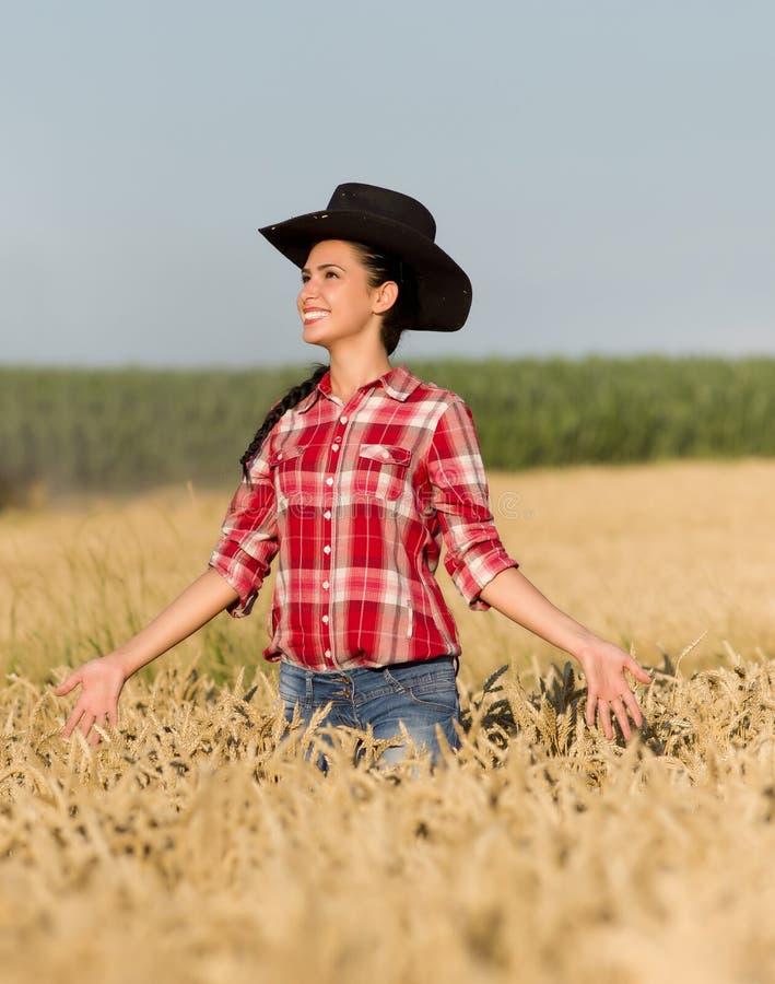 Meisje met cowboyhoed op tarwegebied stock foto