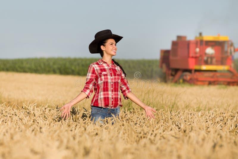 Meisje met cowboyhoed op tarwegebied royalty-vrije stock foto's