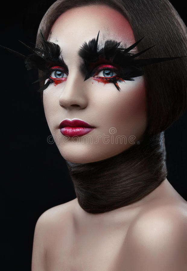 Meisje met creatieve rode make-up, haar en rond haar hals stock afbeeldingen