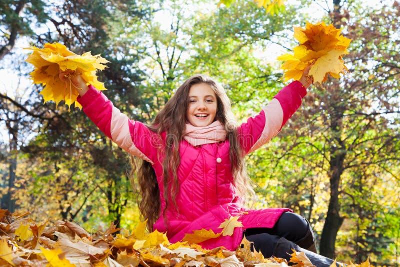 Meisje met de herfstboeketten royalty-vrije stock fotografie