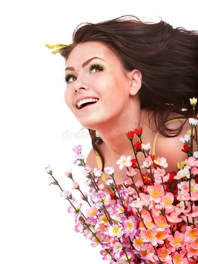 Meisje met de lentebloem en vlinder. De ruimte van het exemplaar. stock afbeelding