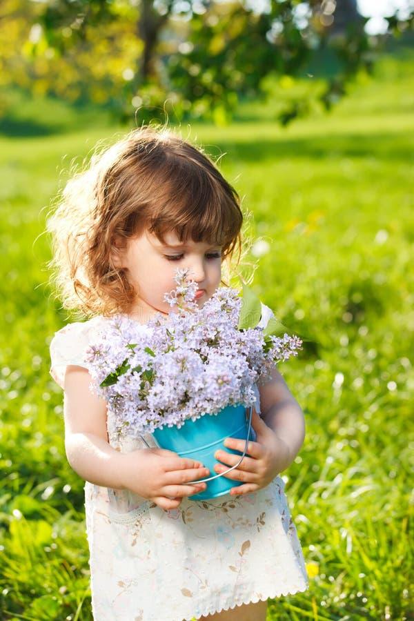 Meisje met de lentebloemen stock foto