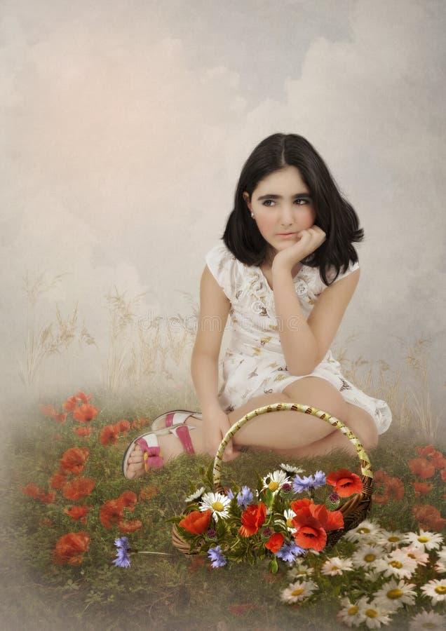 Meisje met de mand van bloemen stock foto