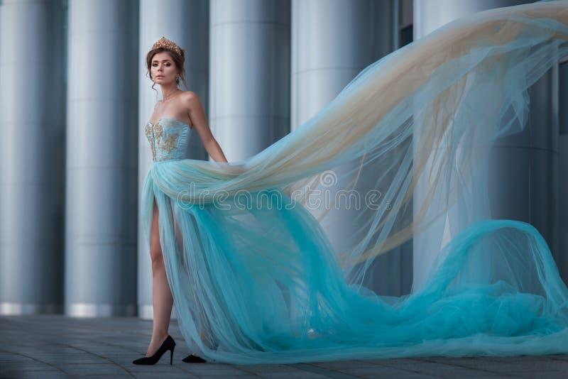 Meisje met de ontwikkelende kleding royalty-vrije stock fotografie
