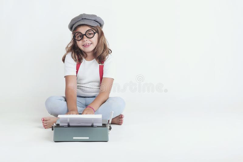 Meisje met de oude schrijfmachine stock fotografie