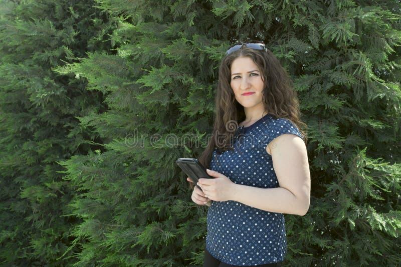 Meisje met de telefoon royalty-vrije stock afbeeldingen