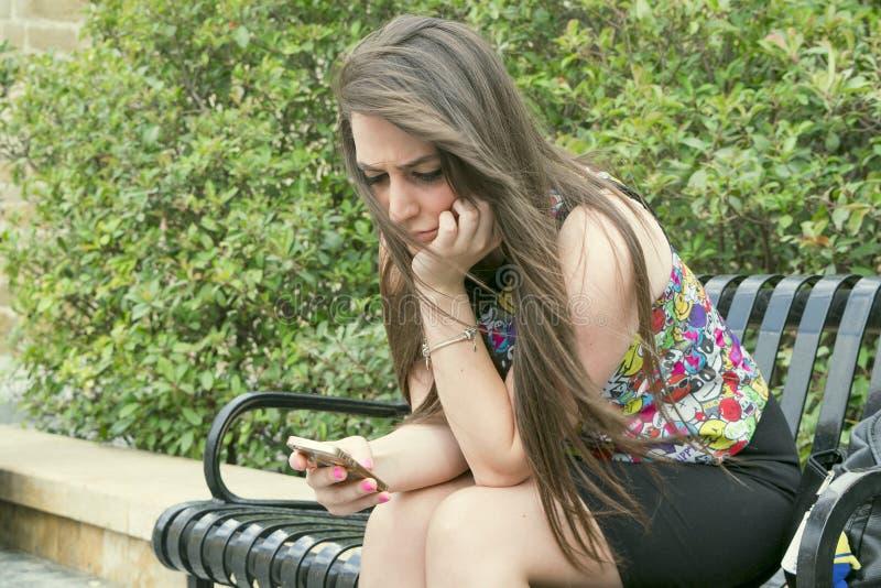 Meisje met de telefoon stock fotografie