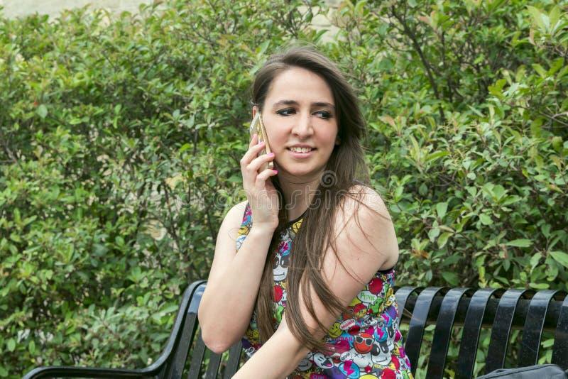 Meisje met de telefoon royalty-vrije stock foto