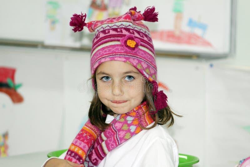 Meisje met de winterhoed en sjaal stock foto's