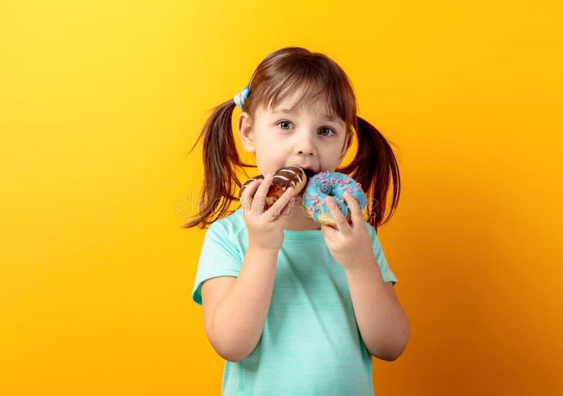 Meisje met donuts royalty-vrije stock foto's