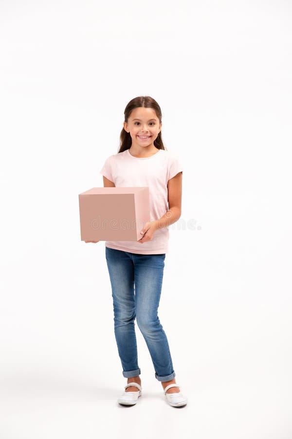 Meisje met doos over witte achtergrond wordt geïsoleerd die royalty-vrije stock afbeeldingen