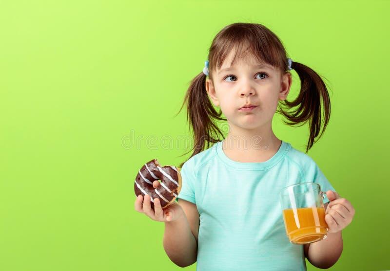 Meisje met doughnut en sap stock fotografie