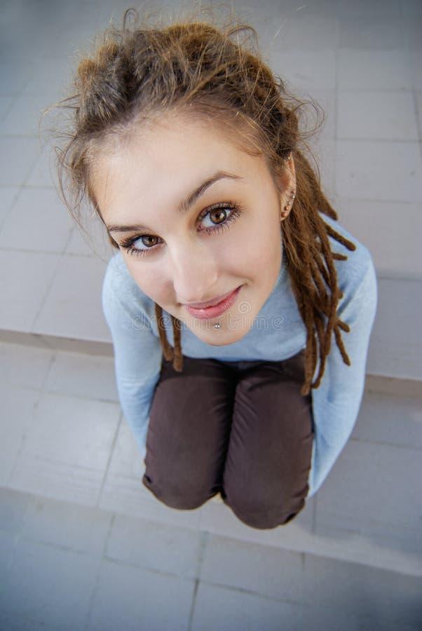 Meisje met dreadlocks bij stappen royalty-vrije stock fotografie