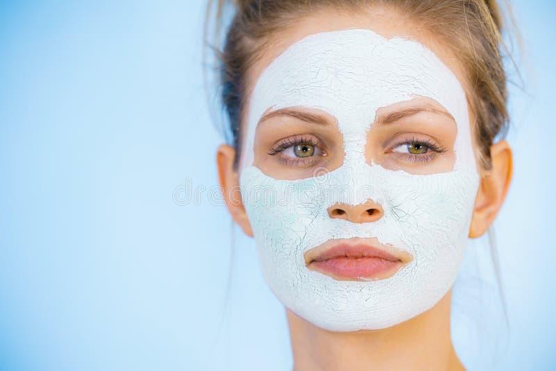 Meisje met droog wit moddermasker op gezicht stock foto's