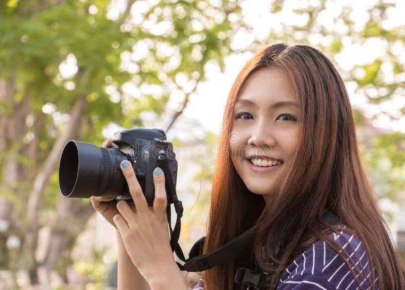 Meisje met DSLR-camera royalty-vrije stock afbeeldingen