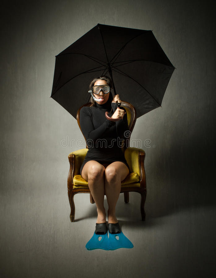 Meisje met duikuitrusting en paraplu royalty-vrije stock afbeelding