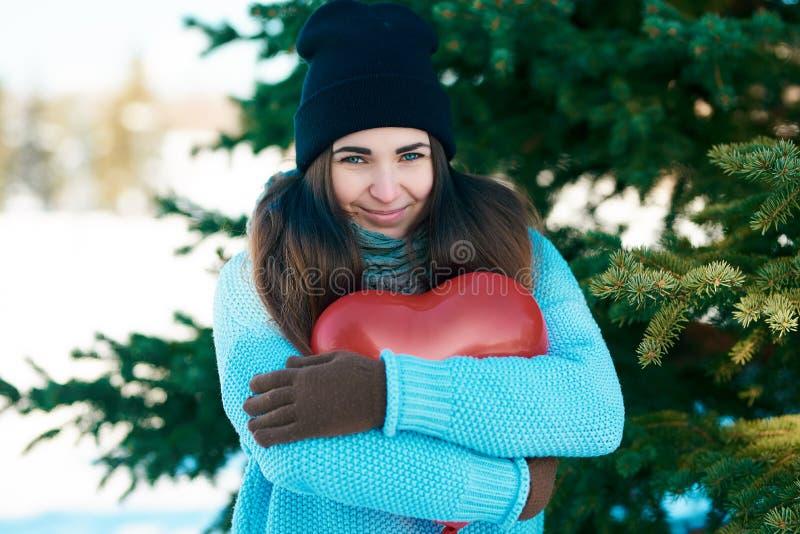 Meisje met een ballon in de vorm van een hart in handen De dag van de valentijnskaart `s royalty-vrije stock fotografie