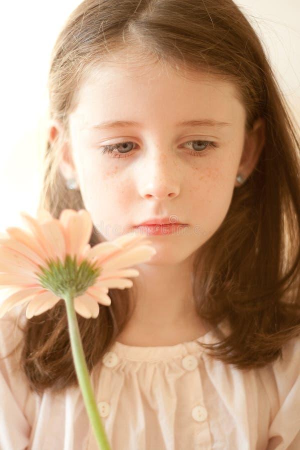 Meisje met een bloem royalty-vrije stock afbeelding
