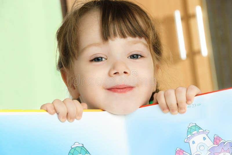 Meisje met een boek stock fotografie