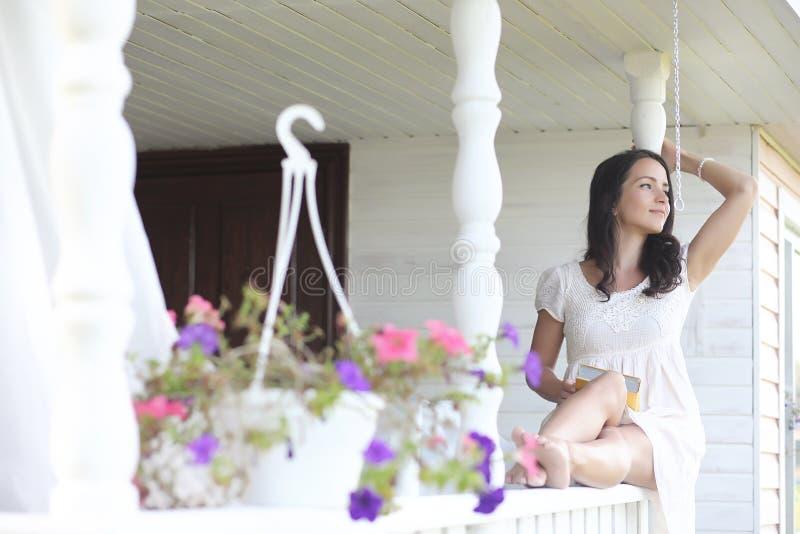 Meisje met een boeket van blauwe bloemen royalty-vrije stock afbeelding