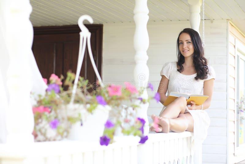 Meisje met een boeket van blauwe bloemen royalty-vrije stock foto