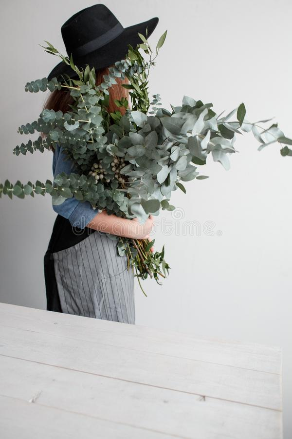 Meisje met een boeket van eucalyptus in haar handen royalty-vrije stock afbeeldingen