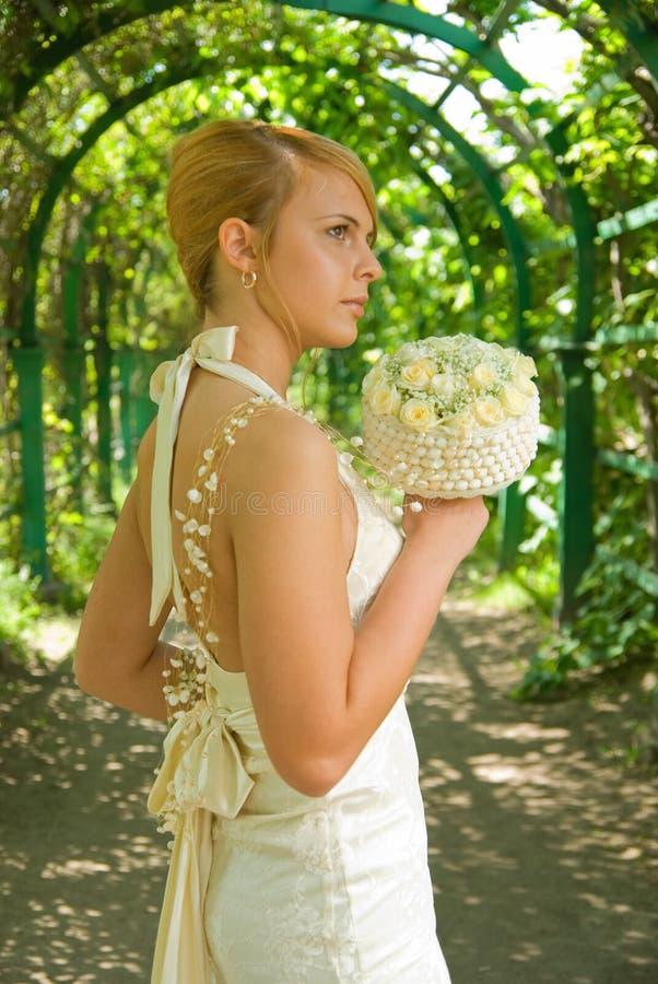 Meisje met een bruids boeket stock foto