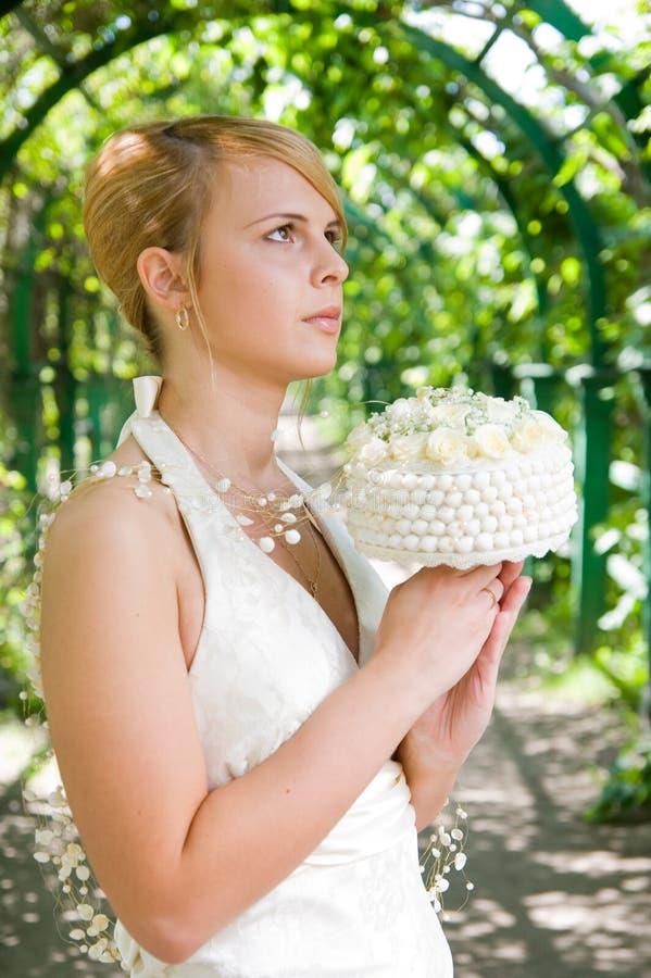 Meisje met een bruids boeket stock afbeeldingen