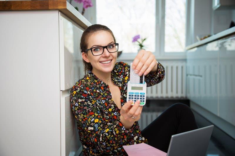 Meisje met een calculator en een creditcard stock afbeeldingen