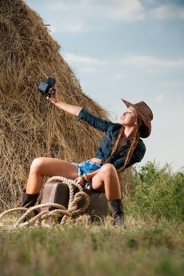 Meisje met een camera op aard stock fotografie