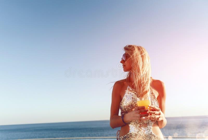 Meisje met een cocktail dichtbij de pool stock foto's