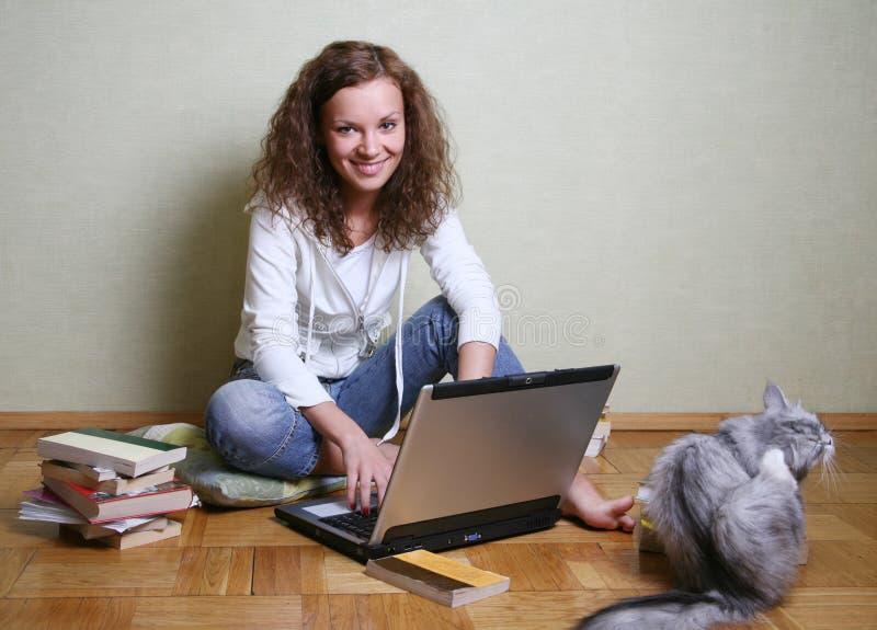 Meisje met een computer royalty-vrije stock fotografie