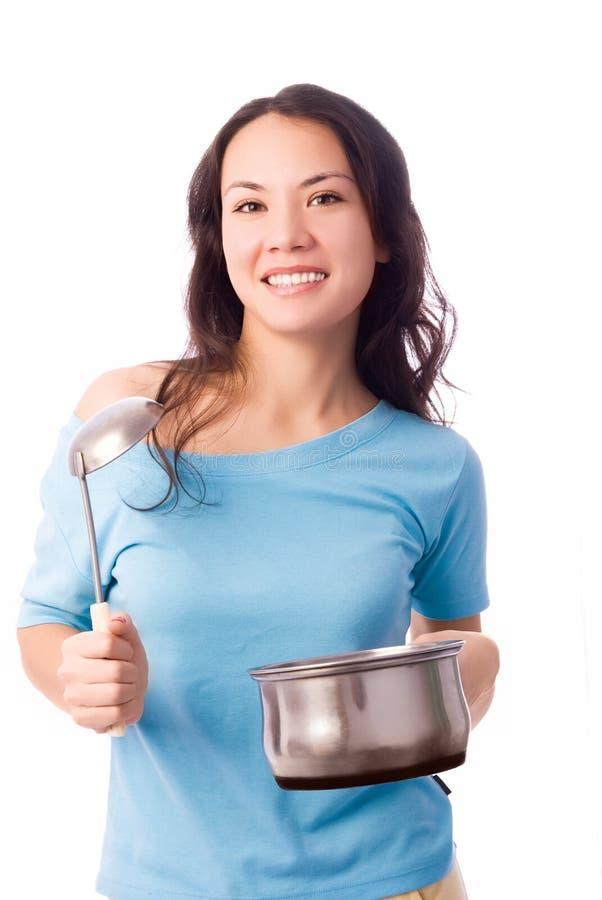 Meisje met een dienende lepel en een pan stock fotografie
