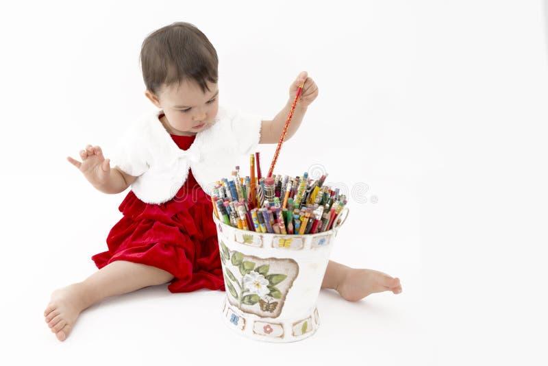 Meisje met een emmer van kleurpotloden op wit royalty-vrije stock afbeelding