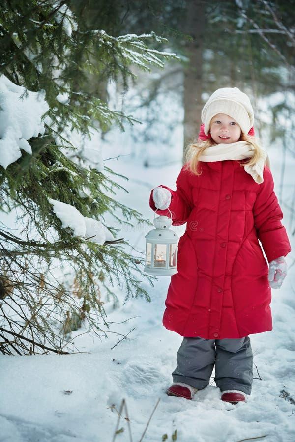 Meisje met een flitslicht Bos, de winterdag royalty-vrije stock fotografie