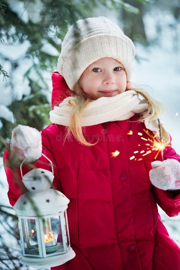 Meisje met een flitslicht en van Bengalen lichten Bos, de winter stock foto's